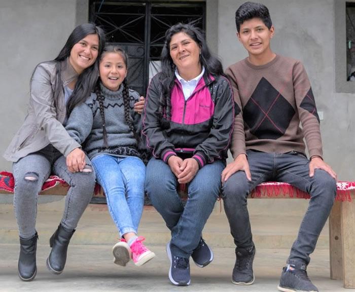 Lilia Paredes Navarro, con sus hijos Jennifer, Alondra y Arnold
